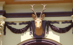 Why is a reindeer featured above the Glen Innes Town Hall front doors and clock.